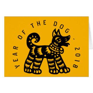 Año 2018 C de saludo amarilla del perro de Tarjeta