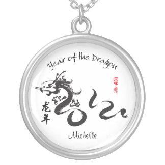 Año personalizado de la caligrafía 2012 del dragón collares