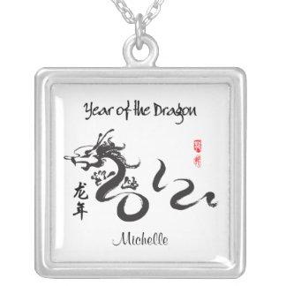 Año personalizado de la caligrafía 2012 del dragón collar