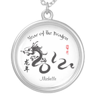 Año personalizado de la caligrafía 2012 del dragón collar plateado