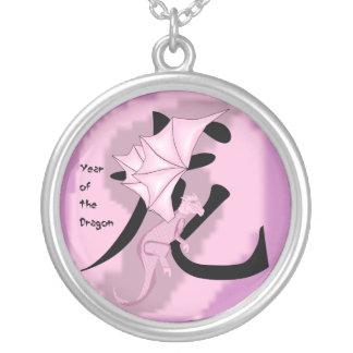 Año rosado del collar del dragón