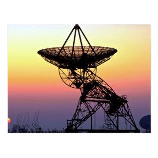 Antena de plato de la radioastronomía postal