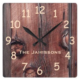 Apartadero rojo viejo rústico del granero, reloj