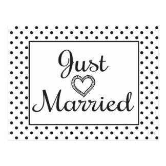 Apenas boda casado blanco y negro del corazón postal