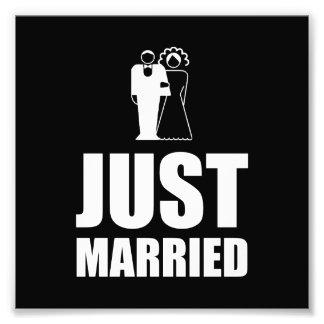 Apenas casado casando al novio de la novia impresión fotográfica