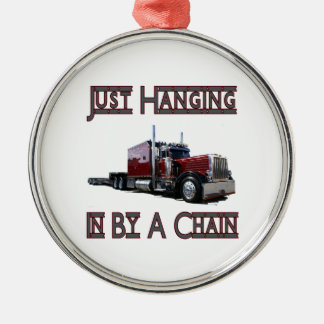 apenas colgando por una cadena adornos de navidad