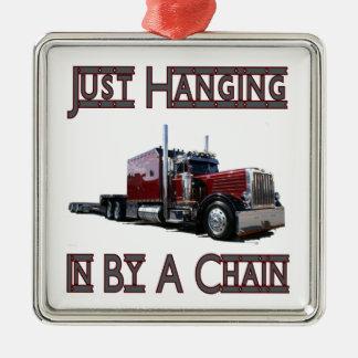 apenas colgando por una cadena adorno navideño cuadrado de metal