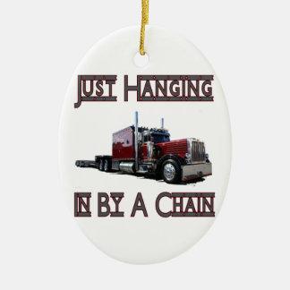 apenas colgando por una cadena adorno navideño ovalado de cerámica
