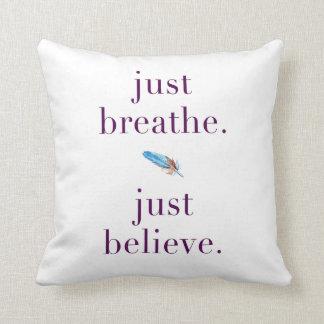 Apenas respire la almohada de la cita de la pluma
