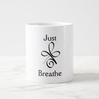 Apenas respire taza de café grande