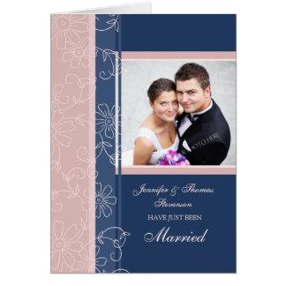 Apenas tarjeta casada azul y rosada de la invitaci