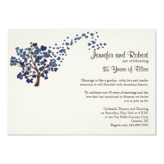 Árbol azul del corazón en el aniversario de boda invitación 12,7 x 17,8 cm