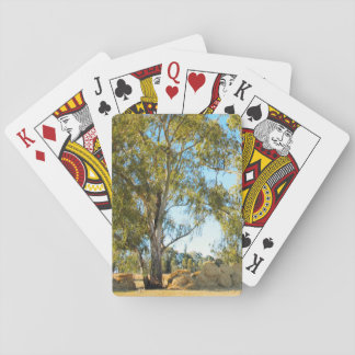 Árbol con las balas de heno barajas de cartas