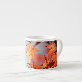 Árbol de arce rojo de las hojas de otoño de la taza de espresso