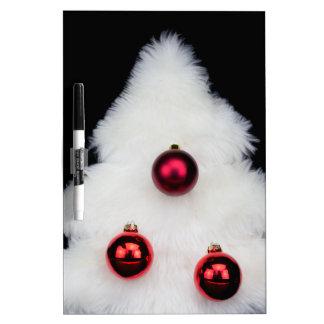 Árbol de navidad blanco de la piel aislado en pizarra blanca
