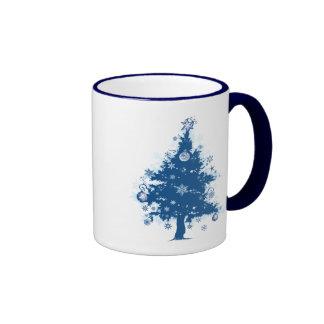 Árbol de navidad y decoraciones azules tazas