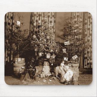 Árbol de navidad y juguetes circa la foto 1900 de alfombrilla de ratón