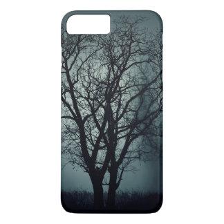 Árbol muerto solo en la noche funda iPhone 7 plus
