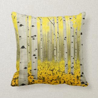 Arboleda de Aspen en almohada de tiro del amarillo