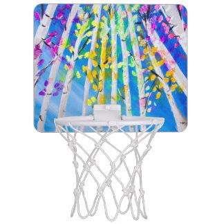 Árboles coloridos con la pintura de neón de las mini tablero de baloncesto