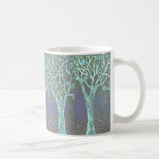 Árboles de Halloween en la taza de café