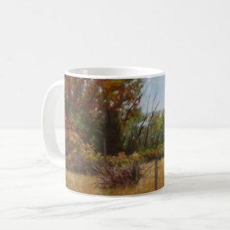 Árboles de la caída y arbustos rojos con las tazas