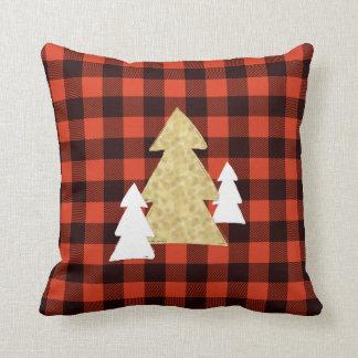 Árboles de navidad en la almohada de tiro roja de