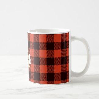 Árboles de navidad en la taza de café roja de la