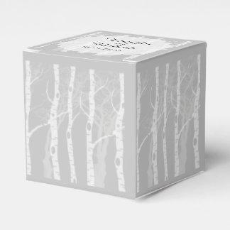 Árboles del invierno en caja gris del favor del