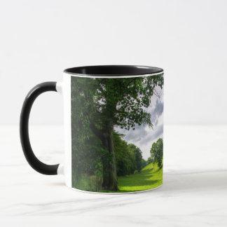 Árboles en el prado taza