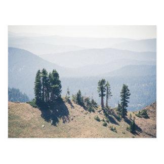 Árboles que pasan por alto la postal de Lassen el