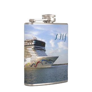 Arco adornado del barco de cruceros con monograma petaca
