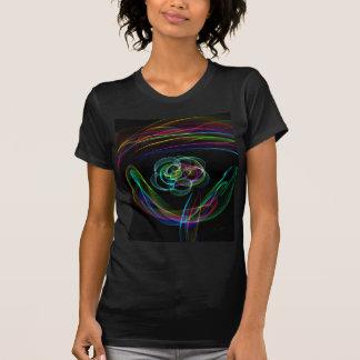 Arco iris de neón brillante enrrollado sobre camisetas