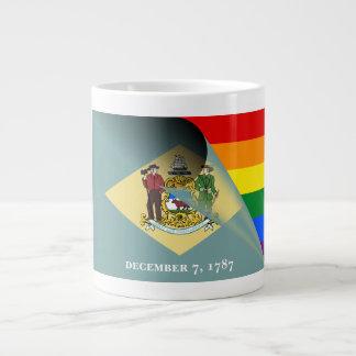Arco iris del orgullo gay de la bandera de taza de café grande