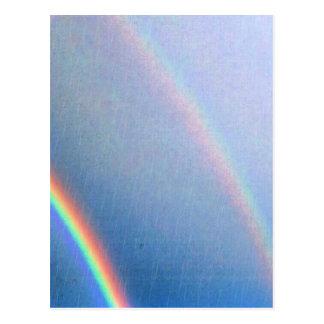 Arco iris en la lluvia postal