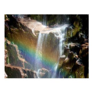 Arco iris en una cascada postal