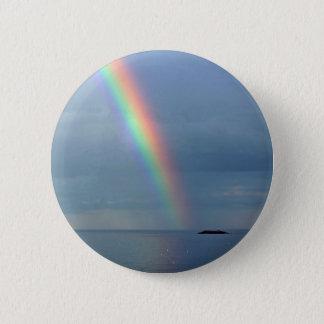 Arco iris sobre el océano chapa redonda de 5 cm