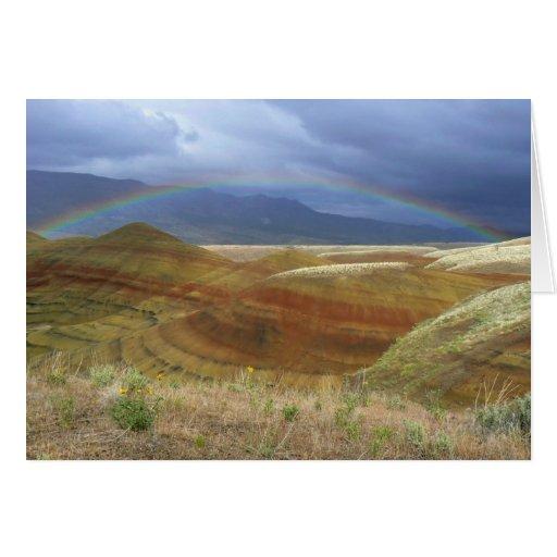 Arco iris sobre las colinas pintadas tarjetas