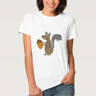 Ardilla gris divertida con la bellota camisas
