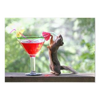 Ardilla que bebe un cóctel en la hora feliz invitación 12,7 x 17,8 cm
