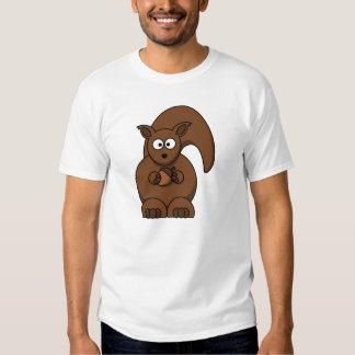 Ardilla que sostiene una bellota camiseta