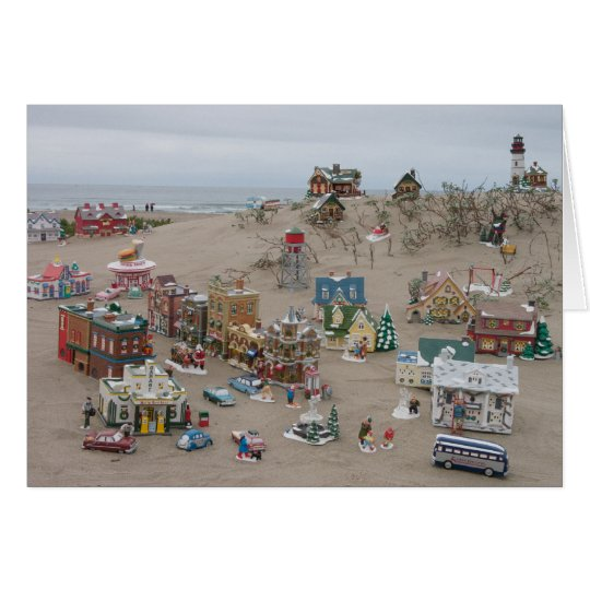 Arena, mar, y tarjeta de Navidad del pueblo de la