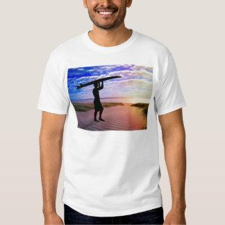 Arena y nubes de la persona que practica surf de camisetas