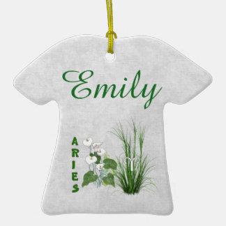 Aries del bambú y del lirio adorno de cerámica en forma de camiseta