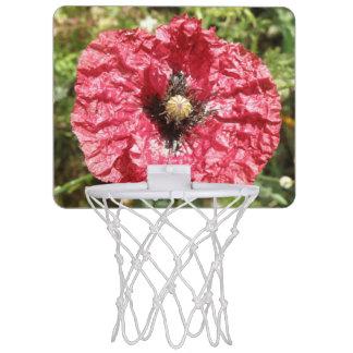 Aro de baloncesto macro de la flor roja bonita de