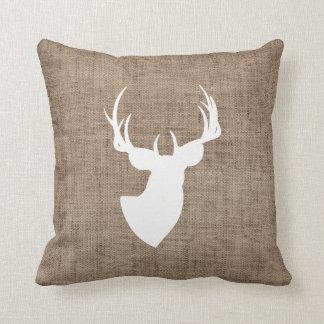 Arpillera de Brown y silueta blanca de los ciervos Cojín Decorativo
