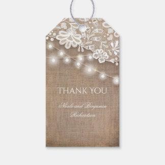 Arpillera del cordón y boda rústico de las luces etiquetas para regalos