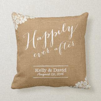 Arpillera y cordón rústicos del boda feliz siempre cojín decorativo