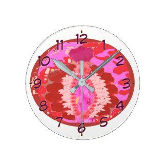 Arreglo artístico del pétalo color de rosa reloj redondo mediano