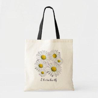 Arreglo floral de las margaritas blancas y bolso de tela